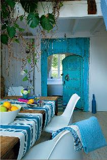 Meubles indiens anciens dans un d co bleu blanc - Deco chambre indienne ...